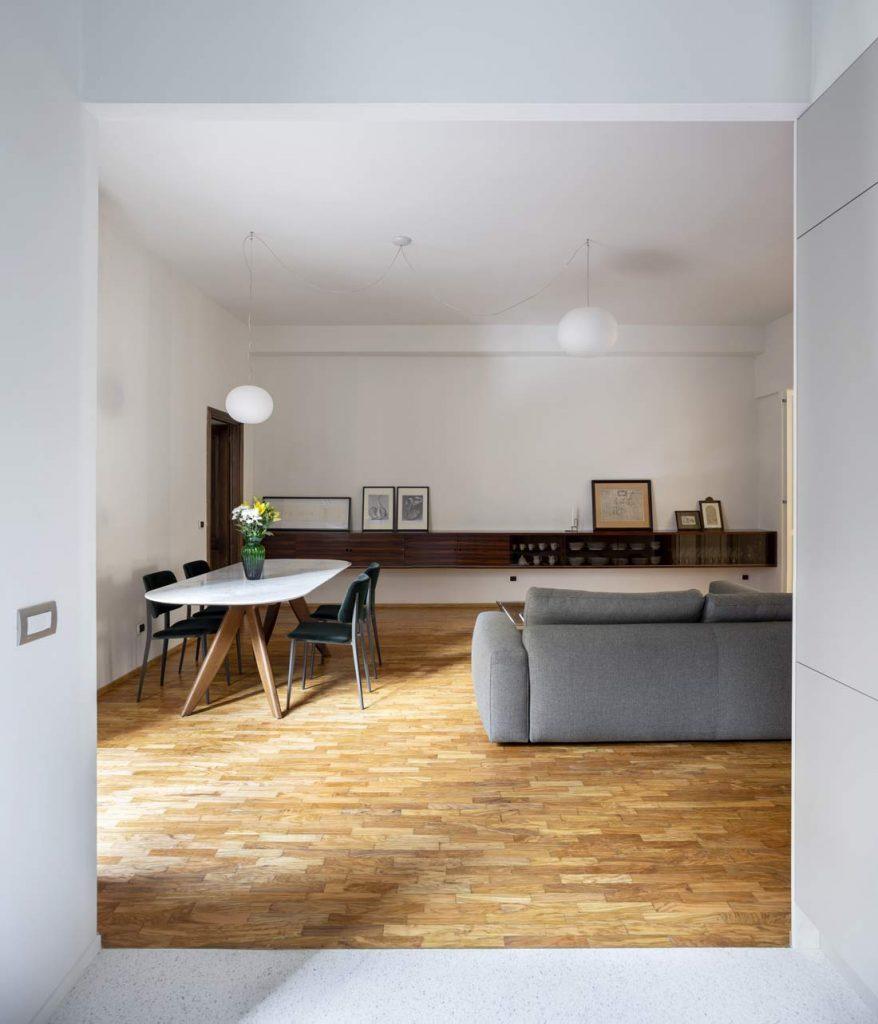 客厅,配有组合式乔伊布艺沙发,环形桌,卡拉拉大理石顶部和黑色胡桃木底座
