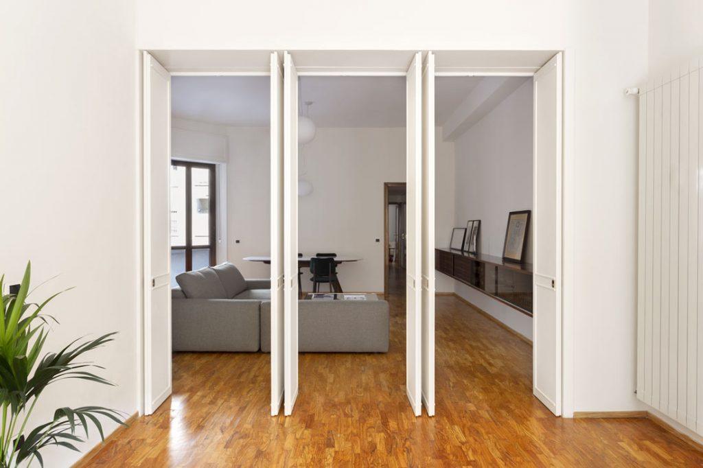 通过双开门系统,居住区的面积可以翻倍,成为一个单一的环境。 Joey组合式布艺沙发。