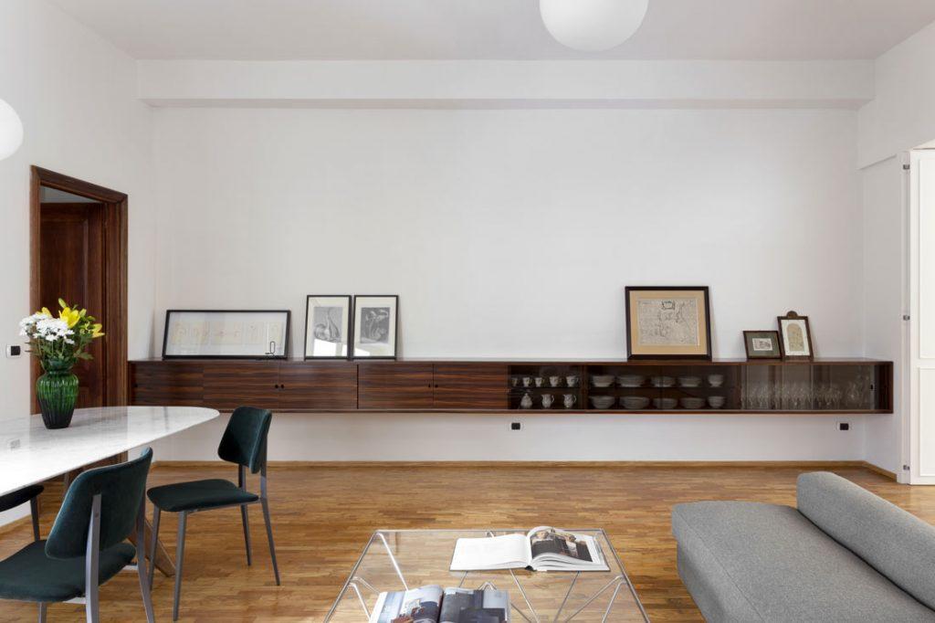 红木展示柜。乔伊在织物的沙发。带有卡拉拉大理石台面的圆环桌。