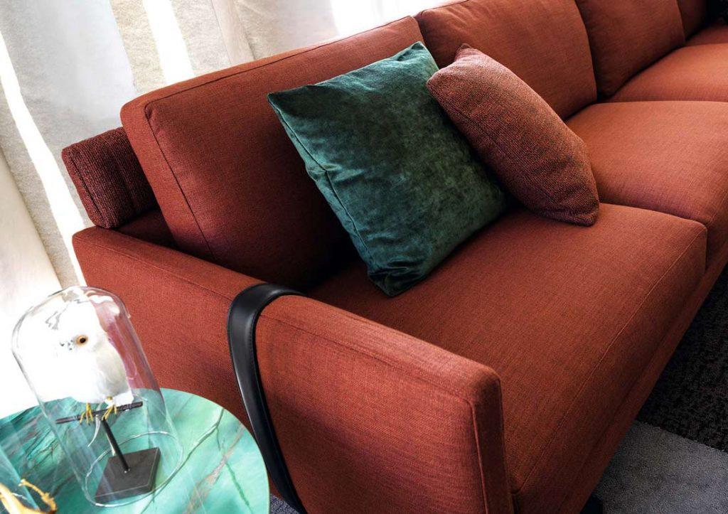 BertO的Dee Dee沙发,带有装饰垫子