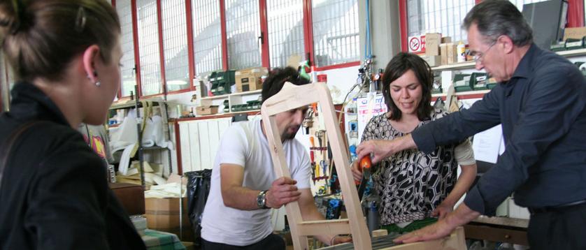 Fioravante BertO与客户在工作坊里进行交流
