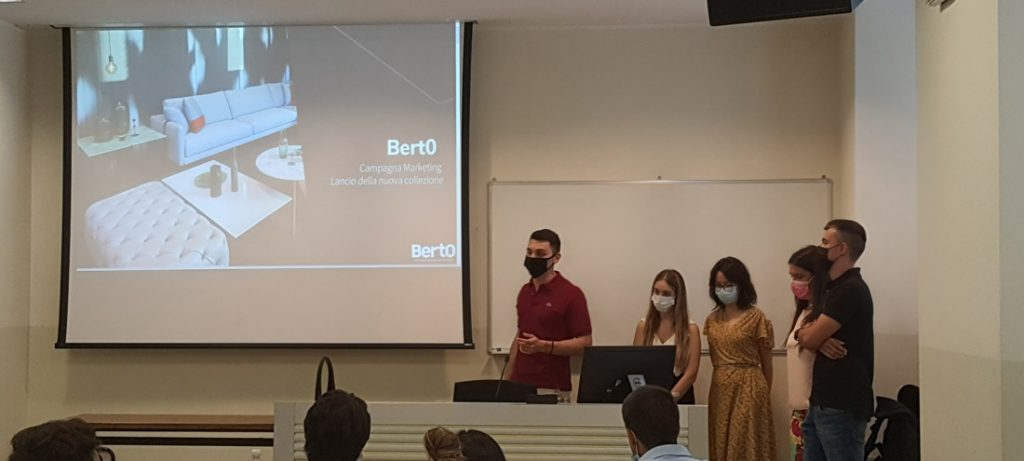 BertO Hackaton(程式設計馬拉松):Covassi教授为他的战略数字营销硕士学生举办的研讨会。