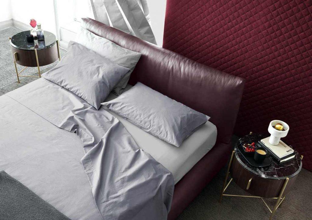 灰色的Yoko纯棉床单套装优雅地装扮着Soho的皮革床。
