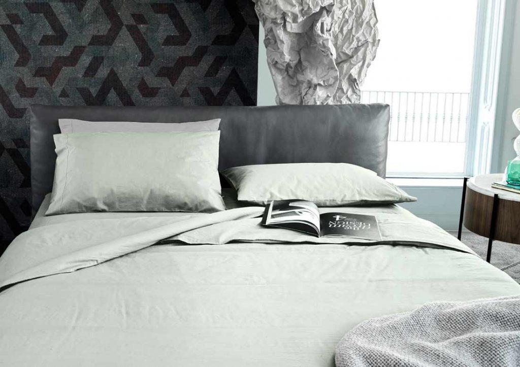相匹配的100%石洗Yoko绿色棉床单和灰色皮革的Soho床。